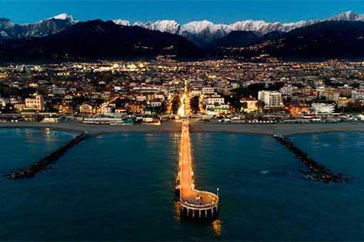 Il pontile di Marina di Massa e le Alpi Apuane sullo sfondo © Luca Romano Ph.