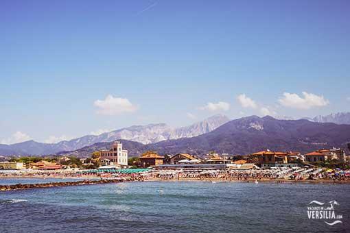 La spiaggia di Marina di Massa e le Alpi Apuane © Vacanze in Versilia.COM
